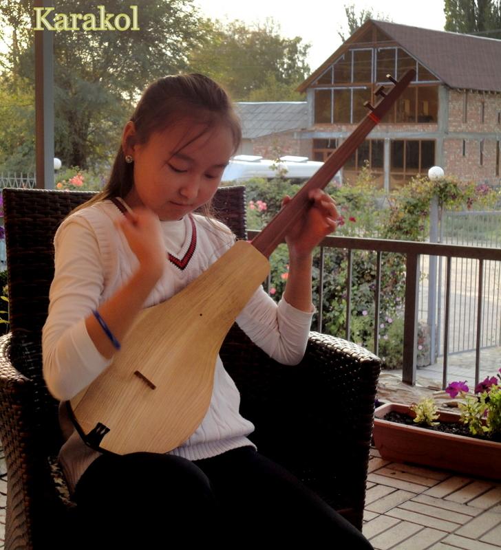 25 lundi soleil - juin musique jeune fille  qui joue instrument